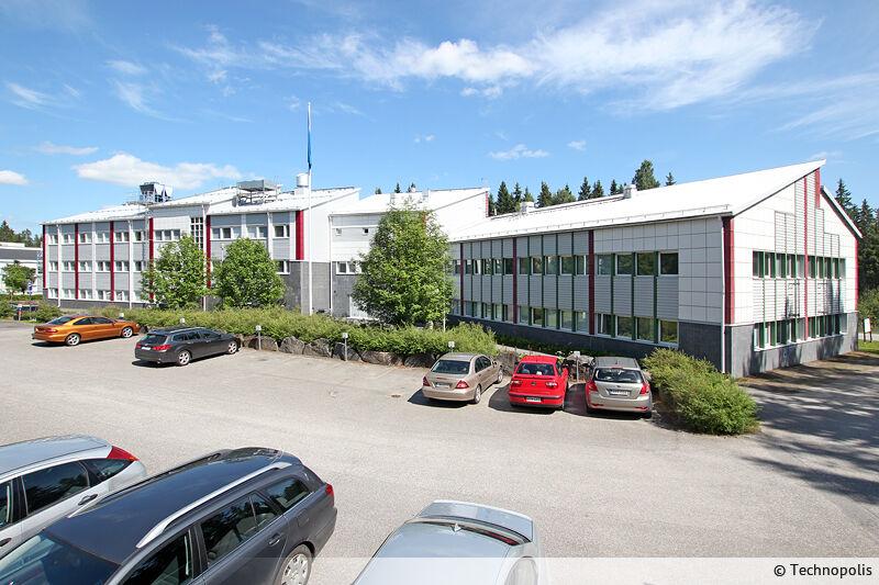Vapaa toisen kerroksen siisti toimistotila Ylistönmäessä. Kerroksessa on yhteinen keittiö ja sosiaalitilat.